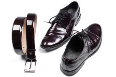 Isolerade stilfulla lädermäns skor och bälte för klänning Arkivbild