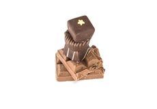 Isolerade stycken av choklad Arkivbilder