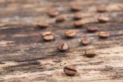 isolerade täta kaffekorn för bakgrund fotoet upp white Royaltyfri Fotografi