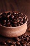 isolerade täta kaffekorn för bakgrund fotoet upp white Royaltyfri Bild