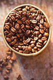 isolerade täta kaffekorn för bakgrund fotoet upp white Royaltyfria Foton