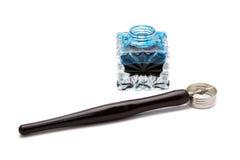 Isolerade tappningreservoarpenna och bläckhorn Fotografering för Bildbyråer