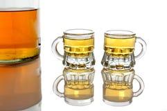 Isolerade whiskyflaska och två exponeringsglas Royaltyfria Bilder