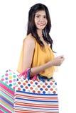 Isolerade Yong Asian Woman With färgrika shoppingpåsar Royaltyfri Bild