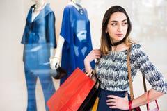 isolerar blonda blåa dagögon för påsar shopping som tar white Arkivfoton