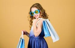 isolerar blonda bl?a dag?gon f?r p?sar shopping som tar white Packe f?r h?ll f?r solglas?gon f?r barnmodeflicka Favorit- ungar br arkivfoton