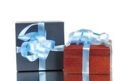 isolerat band två för blåa askar gåva Arkivfoton