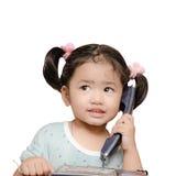 Isolerat behandla som ett barn den talande telefonen för flickan Fotografering för Bildbyråer