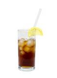 Isolerat exponeringsglas av coctail eller te med exponeringsglas som dricker sugrör, is och citronen objekt dryck Arkivfoton
