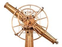 Isolerat glänsande mässingsteleskop för gammal tappning Fotografering för Bildbyråer