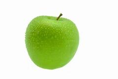 Isolerat grönt äpple med vattendroppar Arkivfoton