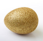 Isolerat guld- ägg för påsk Royaltyfri Foto