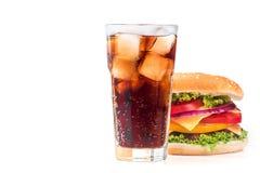 Isolerat hamburgare- och colaexponeringsglas Royaltyfria Foton