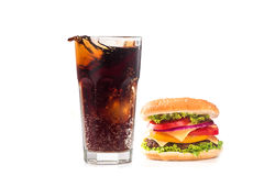Isolerat hamburgare- och colaexponeringsglas Royaltyfri Bild