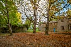 Isolerat hus i träna i höst, Italien royaltyfria bilder
