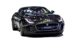 Isolerat i vit bakgrund av den Jaguar F-TYPE bilmodellen 2018 D arkivbilder