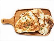 Isolerat indiskt naan bröd royaltyfria bilder
