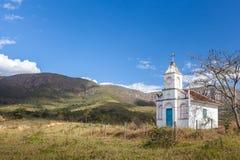 Isolerat kapell i bergen av Minas Gerais State - Brasilien Arkivbilder