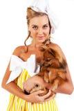 isolerat kvinnabarn för hund holding Arkivfoton