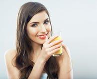 Isolerat kvinnligt exponeringsglas för orange fruktsaft för modellhåll Royaltyfri Bild