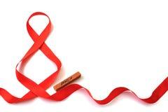 Isolerat ljust rött satängband i formen av diagramet 8 och en trästång med marscherna för inskriften 'på en vit backgroun arkivfoton
