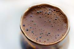 ISOLERAT: Makro som skjutas av bryggat kaffe i en rund kopp - regnbågen mousserar med bubblor fotografering för bildbyråer