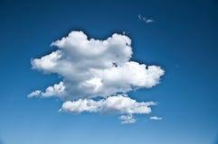 Isolerat moln i mitt av himmel Royaltyfri Fotografi