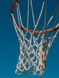 Isolerat netto skott för basket direkt under och se upp med den blåa himlen som bakgrunden fotografering för bildbyråer