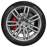 Isolerat på det vita sportbilhjulet med den metalliska ekerkanten, skensvartgummihjul, röd skivabroms Ny ren beståndsdel för desi Royaltyfri Foto