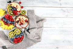 Isolerat på vit bakgrund Bunke av sund sallad för ny frukt på lantlig bakgrund royaltyfri fotografi