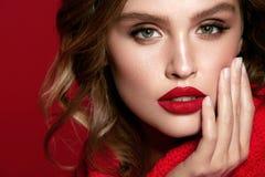 isolerat på vit Sexig kvinnlig modell With Red Lips arkivbild