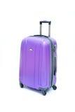 Isolerat purpurfärgat bagage fotografering för bildbyråer