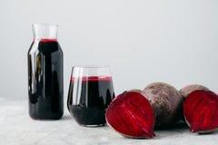 Isolerat skott av ny röd rödbetafruktsaft och den skivade beta Smaklig hemlagad detoxdrink med ingrediensen close upp r? gr?nsak arkivfoto