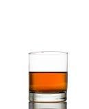 Isolerat skott av whisky med färgstänk på vit Arkivfoto
