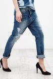 isolerat vitt kvinnabarn för jeans Arkivbilder
