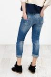 isolerat vitt kvinnabarn för jeans Royaltyfri Bild