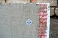 Isolerende oude vlakke huisstichting en muur met polystyreen stock afbeelding