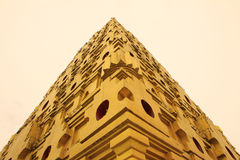 Isolering för guld- tempel i Sangkhlaburi Arkivfoto
