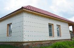 Isolering för husrenoveringvägg med polystyren Oavslutad hou arkivbild