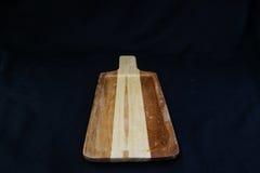 Isolez le plateau en bois vide de hachoir sur le fond noir, avec le chemin de travail Images stock