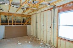 Isolierung des Dachbodens mit kalter Sperre und Isoliermaterial Schaum polyurea Isolierung lizenzfreies stockbild