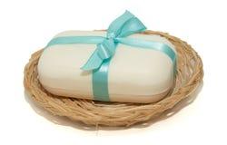 Isolierungsfoto der Seife mit einem Bogen in einem Korb auf einem weißen backgr Stockfoto