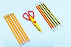 isometrisch Bleistifte und Scheren auf einem blauen Hintergrund Stockbilder