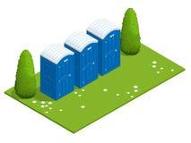 Isometrische bewegliche Biotoiletten auf Gras Blaue Biotoilette im Park Wandern von Dienstleistungen Flache Farbart-Illustrations Lizenzfreies Stockfoto