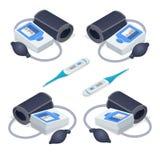 Isometrisches medizinisches tonometer für den messenden Blutdruck und elektronischen Thermometer lokalisiert auf Weiß Stockbild