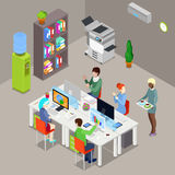 Isometriskt kontorsöppet utrymme med arbetare och datorer stock illustrationer