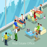 Isometriskt Real Estate kontor Plan inre 3d med chefer och klienter Royaltyfria Foton