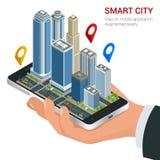Isometriskt smart stadsbegrepp Mobilt gps-navigering- och spårningbegrepp Hållande smartphone för hand med stadsöversiktsbanan oc Arkivfoton