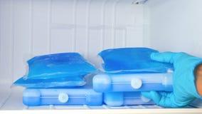 Ispackar i frysen lager videofilmer