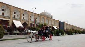 Ispahan, Iran - 2019-04-12 - giro del trasporto del cavallo intorno al quadrato 1 di Naqshe Cehan - video di Rider Uses For Phone video d archivio